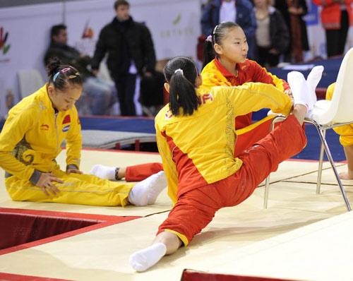 图为中国女队在赛前训练中