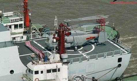 飞行甲板上为反潜直升机模型