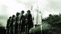 1940年,中国军队悼念在昆仑关战役中牺牲的同胞。