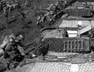 登上美制M3A3型坦克的中国远征军士兵