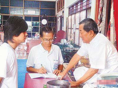 小猪两年前在泰国被白龙王(右)指点,称禁女色才能红十0年。
