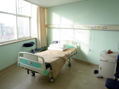 图:罗京病房及患病始末- 罗京的病床