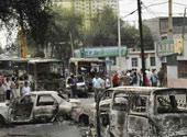 街上停着多辆被烧毁的车辆