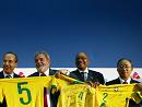 巴西总统卢拉(中)赠送巴西足球队球衣