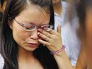 吊唁的女学生难掩悲痛