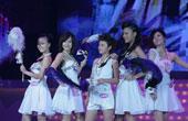 五强选手在舞台上表演