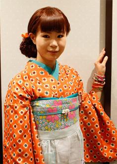 实拍日本街头另类导购女郎