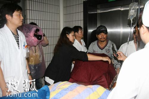 赵本山入院,家人及医护人员紧张忙碌着。