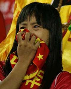 世界杯预选赛出局后女球迷掩面痛哭