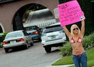 胸罩女在伍兹家抗议
