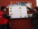志愿者贴防火宣传海报