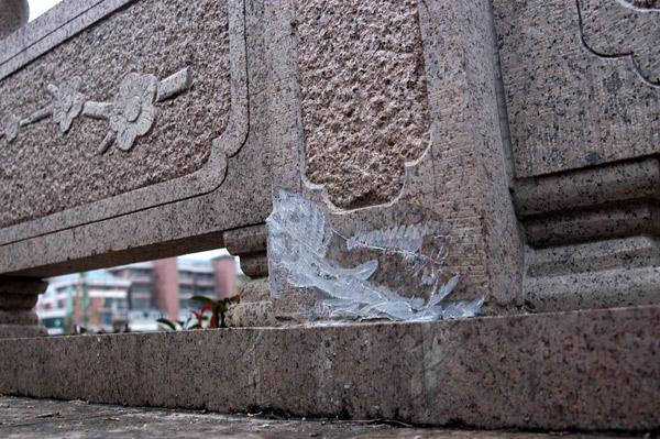 汉中门桥断裂的栏杆。柳杨 摄