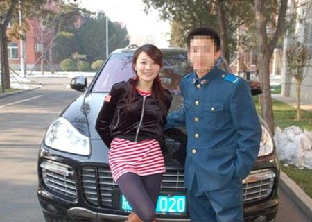 搜狐 美女赛车手当街拥抱陌生男人