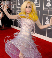 Lady Gaga手持银刺抢镜