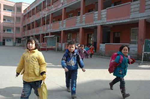 学生在新建横现河中心小学