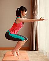 女人乐享:在酒店房间练瑜伽