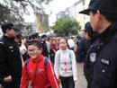 警察在校门口维持秩序