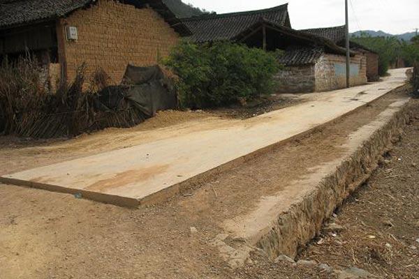 修了一半的水泥路