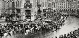 1954年,英女皇伊利沙伯二世在加冕典礼中途经Aquascutum丽晶大街总部。当日整天下着大雨,Aquascutum晴雨衣成为品牌支持者之殷物。