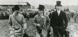 英皇佐治六世及温莎公爵在赛马场上穿着疯靡一时的Aquascutum晴雨衣。