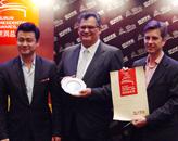 胡润、中国著名时尚产业经济研究专家李凯洛为澳门美高梅金殿颁奖