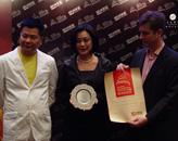 胡润、上海快鹿投资集团董事局主席施建祥(左一)为澳门君悦酒店颁奖