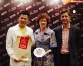 胡润、上海快鹿投资集团董事局主席施建祥(左一)为永利澳门酒店颁奖