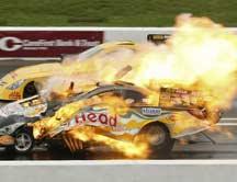 赛车极速行驶突然爆炸面目全非 车手竟奇迹生还
