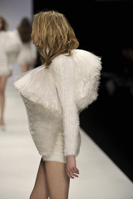 备受欧洲时装界的期待,最近连引领世界流行乐的著名的冰岛歌手碧玉(b