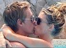 克劳奇与娇妻拥吻共浴