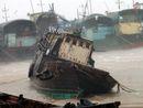 广东省阳江市沙扒渔港渔船遭到强风吹袭