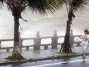 广东珠海市沿海海面掀起大浪