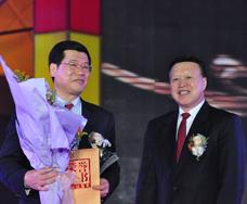 广东省委常委、副省长肖志恒为十大经济风云人物广发证券股份有限公司董事长王志伟颁奖