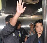 在电梯里向媒体致谢
