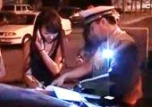 少女酒后驾车向警察撒娇