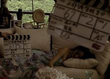《非诚勿扰2》探班-舒淇自己躺在沙发上