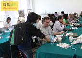 直击坎昆气候大会:中国民间组织在坎昆大会现场向各国媒体发宣传资料
