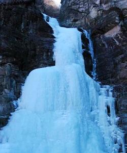 双龙峡: 十里冰川 百挂冰瀑