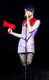 王菲演唱会扮雪姑娘现百变风格