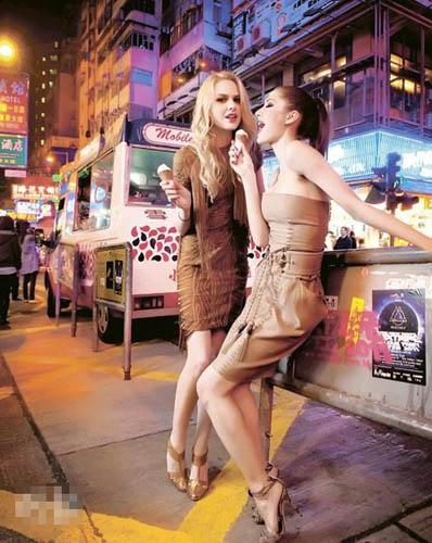 左�s深啡色流苏色丁连身裙$39,980、金色蟒蛇皮高跟凉鞋$8950;右�s浅啡色绑绳连身裙$26,500、浅啡色绑绳粗皮带$10,800、浅啡色蟒蛇皮高跟凉鞋$8700
