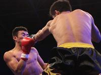 董文飞铁拳怒砸对手面颊 TKO获胜轻松夺冠