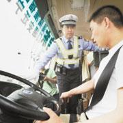 什么人在开中国的校车?