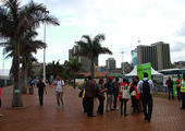 德班气候大会主会场入口处人流攒动