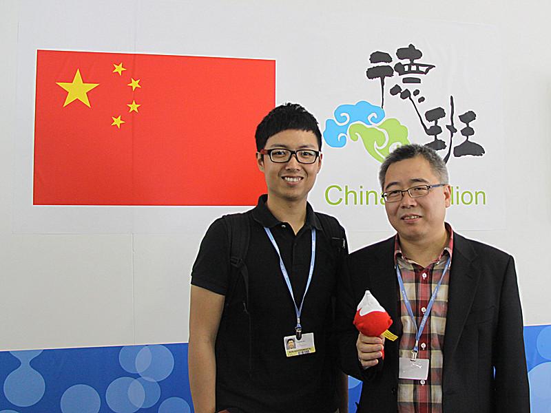 搜狐德班前方记者(搜狐绿色频道主编史少晨)与中国应对气候变化首席谈判代表苏伟合影