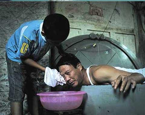 洗衣做饭、砍柴插秧、照顾病床上的爸爸和奶奶,这是福建连江官坂镇下濂村11岁男孩陈财东一天的主要生活。