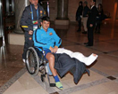 比利亚坐轮椅笑对伤病