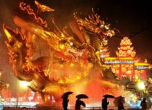 四川自贡:上万民众逛灯会