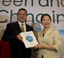 新华社副总经理程小玲与联合国副秘书长、联合国环境规划署执行主任阿奇姆 施泰纳