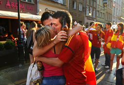 欧洲杯热吻秀:西班牙两男吻一女