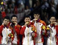 体操男团中国卫冕 队员幸福轻咬金牌